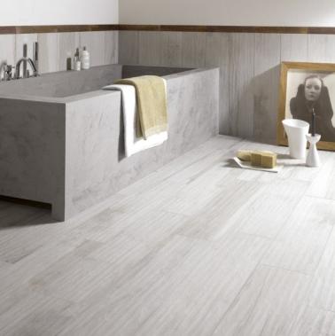 Du carrelage d co dans une salle de bain grise for Carrelage imitation parquet salle de bain