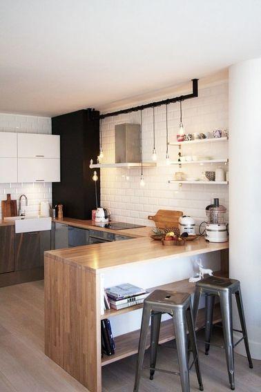 En bas de cette cuisine ouverte, des placards et tabourets gris. En haut, du carrelage de des rangements blancs. N'hésitez pas à associer deux couleurs pour une déco cuisine originale !