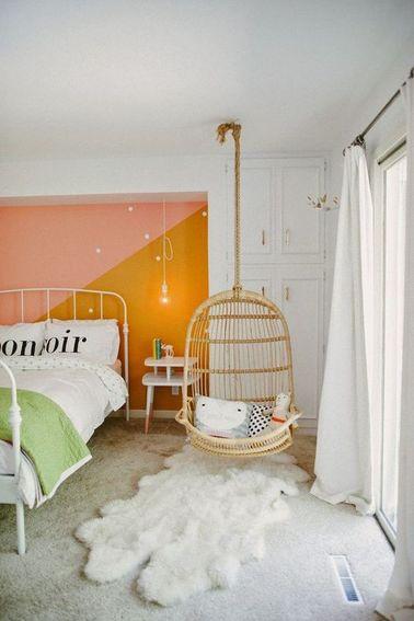Quand elle va découvrir sa nouvelle chambre, votre ado fille va vous sauter dans les bras ! Mur à la peinture bicolore et tapis en fourrure, il n'en faut pas plus pour la rendre heureuse.