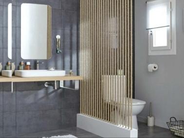 Fabriquez cette cloison en corde vous-même en une journée pour créer un espace toilettes intime dans la salle de bain : la pièce est compartimentée sans être totalement séparée.