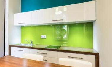 Une crédence en verre métallisé pour la cuisine blanche