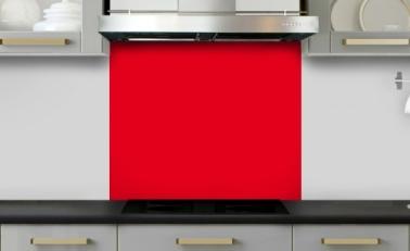 Une crédence en verre rouge brillant dans une cuisine grise