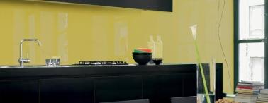 Une crédence en verre trempé jaune moutarde sur mesure