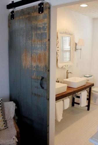 cr er une cloison coulissante avec une vieille porte. Black Bedroom Furniture Sets. Home Design Ideas