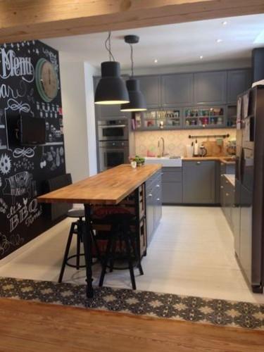 une cuisine avec un lot central ouverte sur le salon. Black Bedroom Furniture Sets. Home Design Ideas