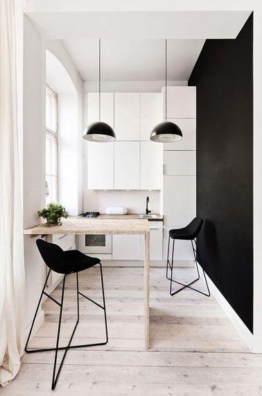 Une cuisine blanche et noire ouverte |
