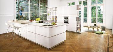 Rien de tel que le bois pour apporter de la chaleur à une cuisine blanche qui reflète bien votre esprit de famille sans sacrifier votre goût pour le design contemporain.
