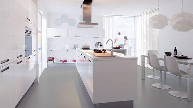 Les portes de placard laquées apportent de la lumière et de la brillance dans cette grande cuisine blanche. Pourquoi ne pas opter pour cette déco minimaliste chez vous?