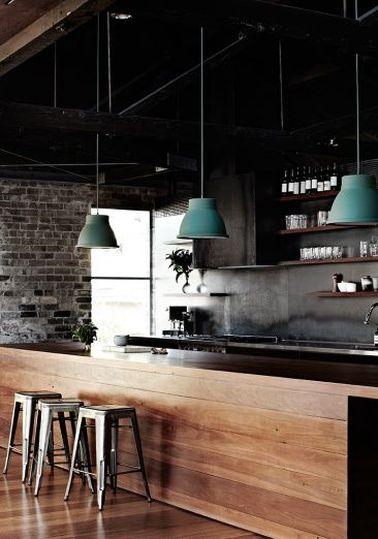 Une cuisine ouverte dans une déco industrielle rétro