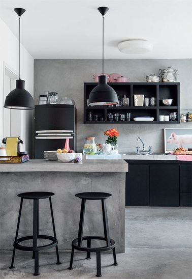 La cuisine ouverte ose le noir pour se faire d co for Cuisine ouverte avec comptoir