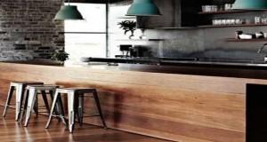 La cuisine ouverte ne se limite pas au blanc ou au rouge pour faire sa déco. Une cuisine noire, même ouverte sur le salon c'est top tendance. La preuve avec ces cuisines ouvertes ou le noir est au coeur de la déco.