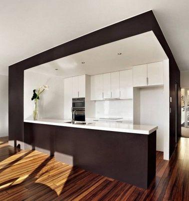 Une cuisine ouverte minimaliste tout en noir et blanc