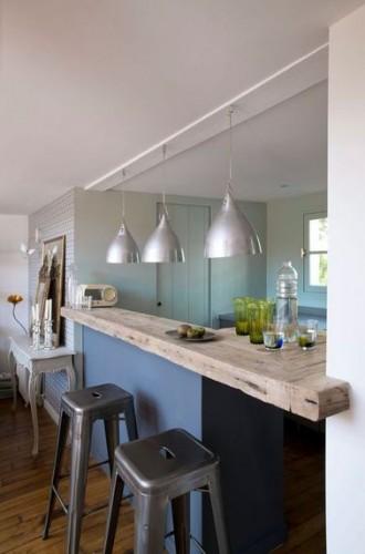 La cuisine s 39 ouvre sur le salon avec un bar en bois brut - Bar de salon en bois ...