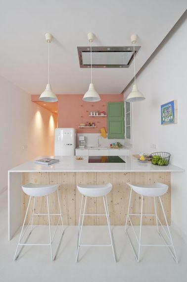 La cuisine ouverte est souvent séparée du salon par un bar sur lequel on peut prendre le petit déjeuner et le goûter. Prévoyez trois beaux tabouret design pour la touche déco !