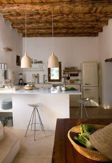 La cuisine ouverte convient bien aux grands espaces et aux maisons typiques, car elle met en avant leurs particularités : poutres, niches, renforts en pierres, ...