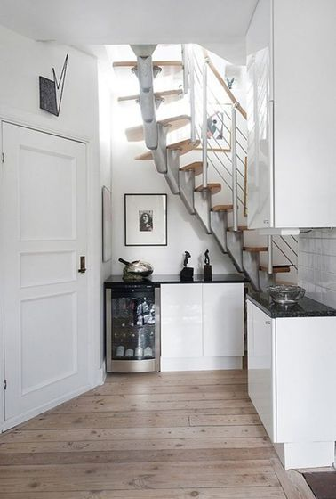une cuisine toute en ouverture sous l escalier. Black Bedroom Furniture Sets. Home Design Ideas