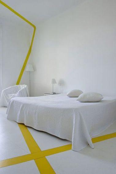 Une déco vierge pour la chambre (murs peints en blanc, linge de lit blanc) ne signifie pas absence de déco : apportez de la chaleur avec des touches de couleur.