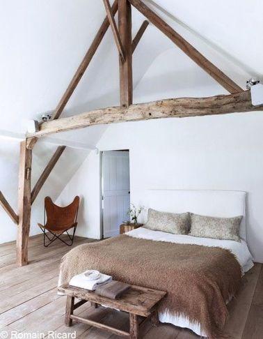 Une déco de chambre avec poutres marron et blanche