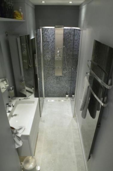 Une déco esthétique pour cette salle de bain en longueur grise. Léger et non poreux, le carrelage sol imitation béton vous facilite la vie tant pour la pose que pour l'entretien.