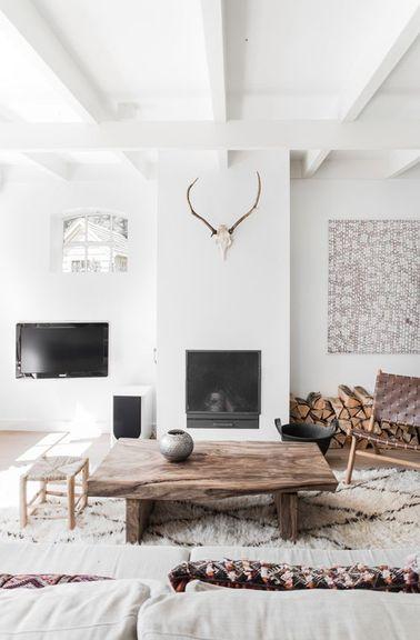 Dans une ferme hollandaise restaurée, la déco du salon reprend les standards de la déco scandinave : mélange de meubles et accessoires modernes et vintage, pour un résultat plein de caractère.
