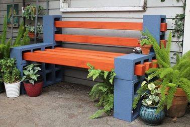 Une déco jardin avec un banc en parpaing et en bois
