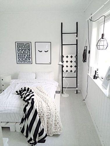 On ne se lasse pas d'une déco bicolore dans la chambre. La douceur du blanc immaculé crée une ambiance propice au repos, et les détails noirs rehaussent la pièce.