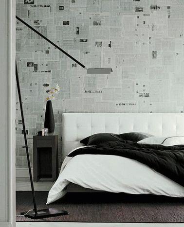La déco blanche de cette chambre a du caractère grâce à un mur en briques anciennes et un plancher en bois massifs peints en blanc pour mettre un coup de propre.