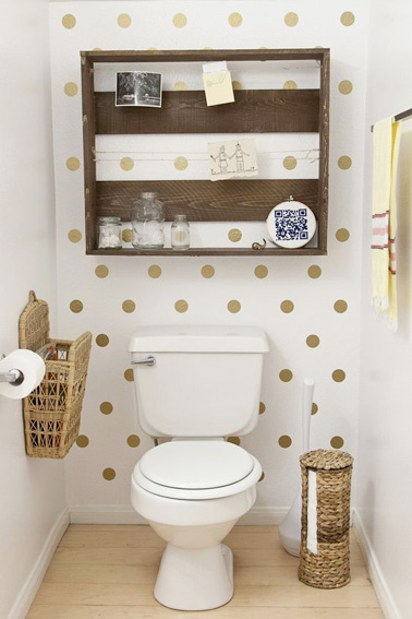 Le blanc et le doré c'est fun pour la déco des WC ! On pense à agrémenter la déco avec une caisse en bois de récup qu'on transforme en meuble, et hop! Voilà des WC originaux, pratiques et ultra fonctionnels.