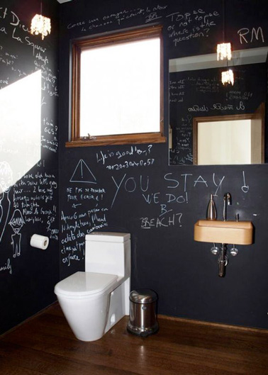 La peinture tableau noir, la déco WC qui fait mouche à tous les coups ! Des murs originaux dans les toilettes pour une déco unique et hyper sympa favorisant l'expression et le partage.