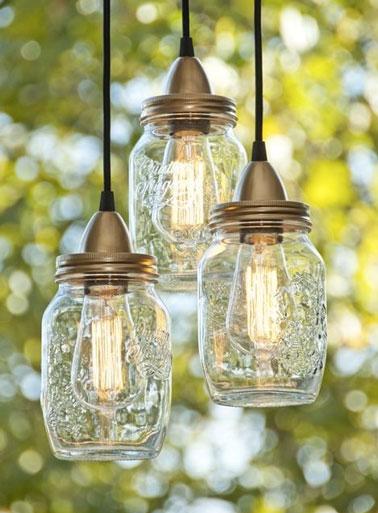 Voilà une lanterne de jardin fun et originale réalisée à partir d'un pot de récup de confiture ! Une idée ingénieuse pour éclairer l'extérieur pendant les beaux jours