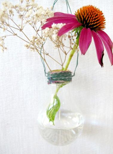 Pour préparer l'arrivée du printemps, on met de la couleur et de la bonne humeur dans la maison avec de jolis vases réalisés à partir d'ampoules usagées. Une déco astucieuse et pas chère !