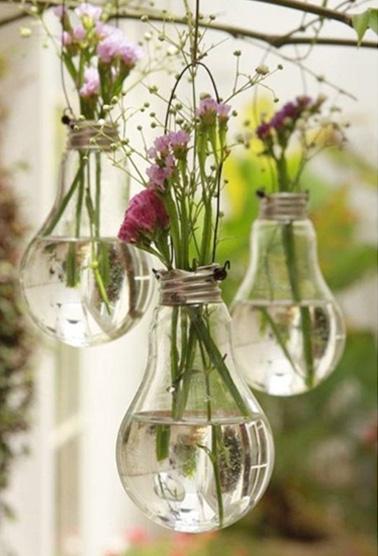 Parsemez votre maison de jolis vases réalisés à partir d'ampoules ! Une déco originale et facile à faire qui mettra de la couleur et de l'originalité dans vos pièces