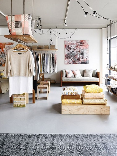 Un dressing pas cher et inventif se tape l'incruste dans un grand studio pour structurer l'espace et mettre en avant nos dernières trouvailles shopping. Une idée déco à garder en tête.