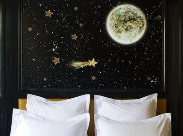 Pour fabriquer cette tête de lit comme un pro, pas besoin d'être un grand artiste peintre : des pochoirs et de la peinture en bombe seront vos alliés pour un résultat qui fait rêver.