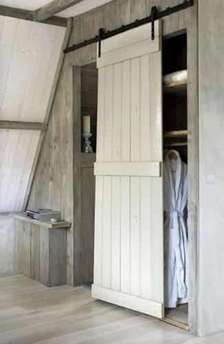 Fabriquer une porte coulissante rustique avec un volet for Monter un dressing avec porte coulissante