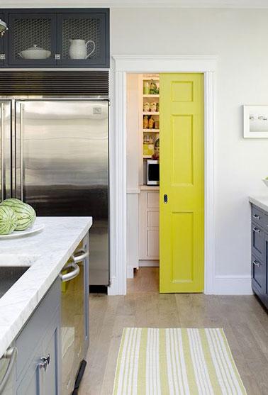 Fermer un placard de rangement avec une cloison coulissante - Comment faire un placard avec porte coulissante ...