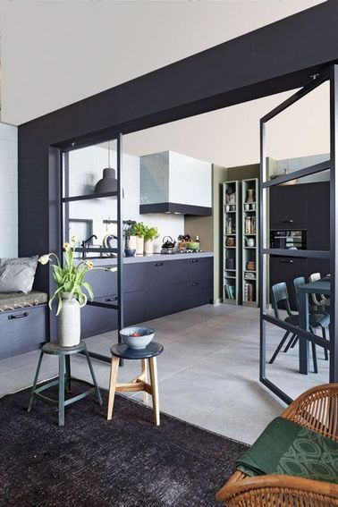 Une grande cuisine ouverte avec une verrière intérieure