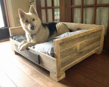 Pour ce lit pour chien, on a fabriqué deux accoudoirs et un dossier avec les traverses de palette vissées au cadre du lit.