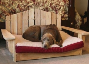 Ce superbe lit pour grand chien est réalisé avec une palette et des chutes de bois. Le dossier est obtenu en coupant des traverses en biseau avant de les fixer sur le socle de la palette