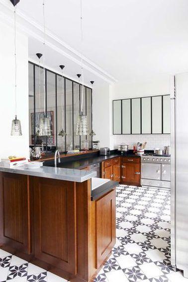 Une cuisine fonctionnelle, lumineuse: voilà ce qu'on veut! La verrière intérieure est aussi décorative que fonctionnelle, en particulier pour illuminer pièces borgnes et couloirs.