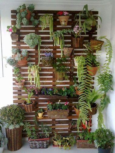 Aménager un mur végétal est une super idée pour donner une seconde vie à des plantes pour suspensions. Celui-ci dégage la vue et donne une impression d'opulence très séduisante.