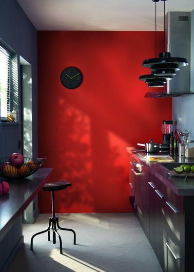 La peinture du mur du fond est importante dans une cuisine en longueur. Choisissez une couleur vive qui détourne l'attention des défauts d'implantation de la pièce.