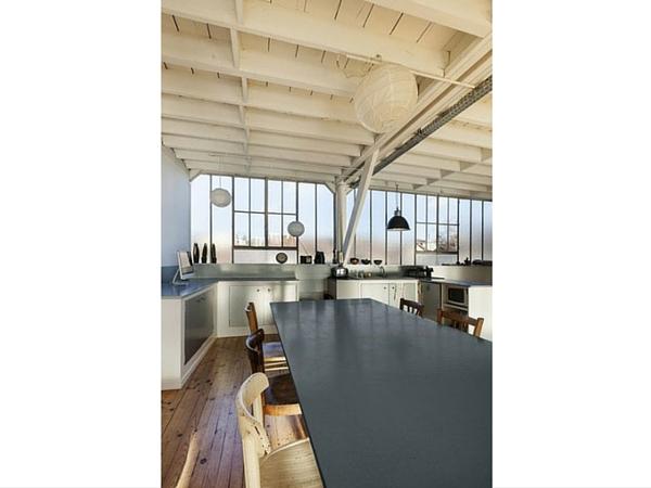 Peindre les murs et le plafond en bois blanc de la cuisine.