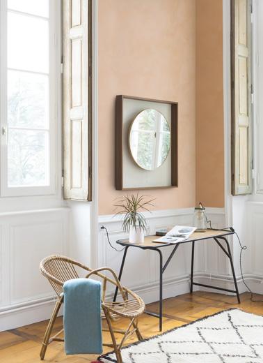 Une pointe de douceur dans ce salon très lumineux où un seul mur a été peint à la peinture à la chaux. Une invitation à la détente pour une déco authentique et reposante