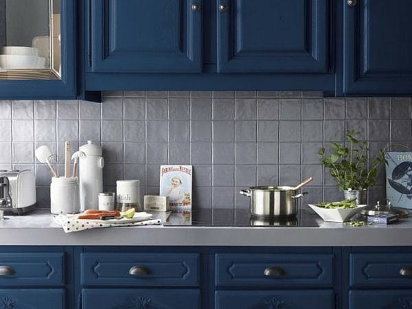 une peinture bleue pour les meubles de la cuisine. Black Bedroom Furniture Sets. Home Design Ideas