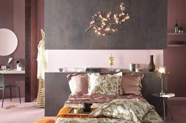 Cette peinture de chambre très féminine ne manque pas de caractère grâce à un effet texturé qui délimite les espaces. La tête de lit est le point d'orgue de la pièce.