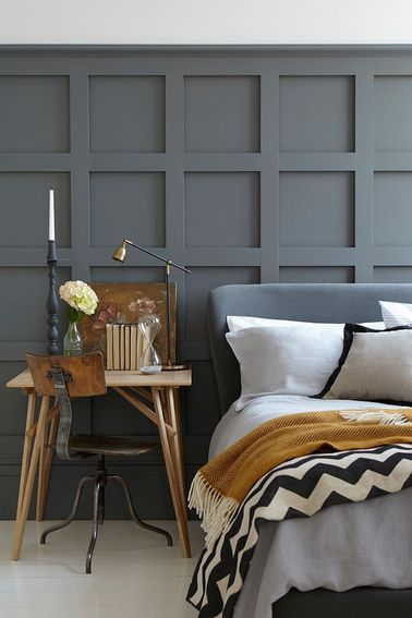 une peinture chambre gris moyen sur des lambris en bois. Black Bedroom Furniture Sets. Home Design Ideas