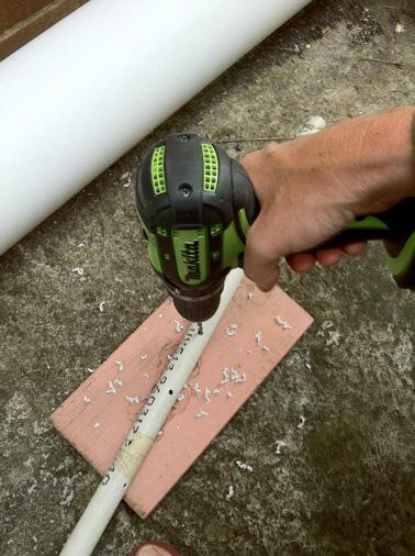 Pour la deuxième étape de la réalisation du jardin suspendu, faites des petit trous dans le petit tuyau avec une perceuse classique. Ces trous serviront à arroser vos pieds de fraisiers facilement