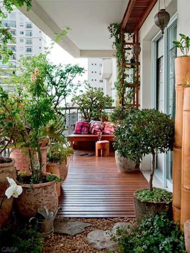 Salon de jardin et verdure pour aménager le petit balcon |