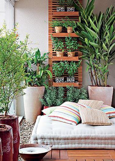 Un petit balcon où la verdure, le bois et les coussins se mêlent pour une ambiance cocooning qui invite à la détente ! Un aménagement de bacon facile à réaliser avec trois fois rien